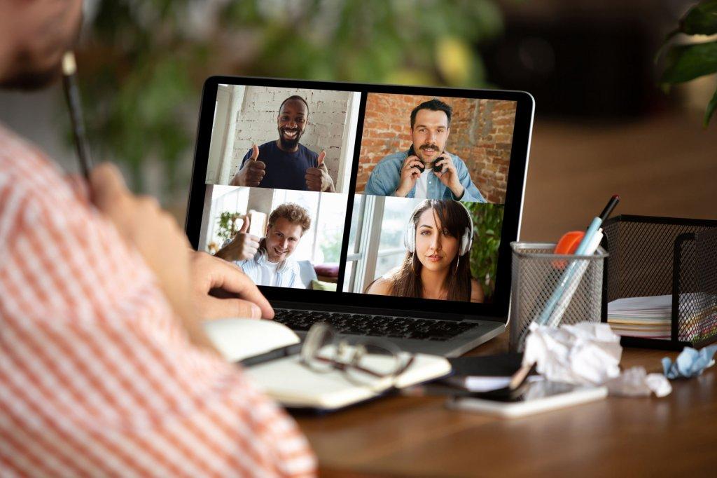 personas en una videollamada trabajando en casa
